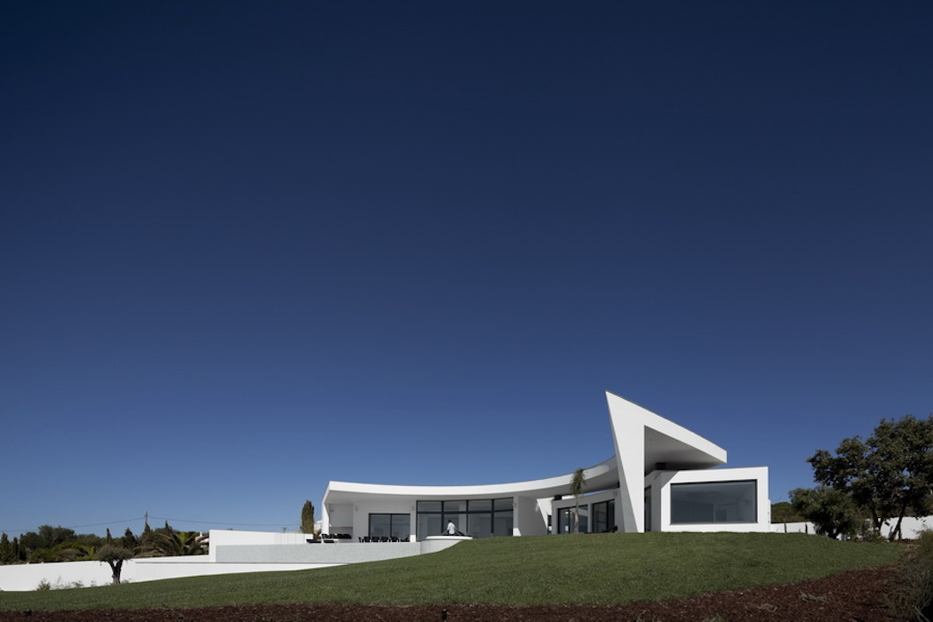 The Colunata House by Mario Martins