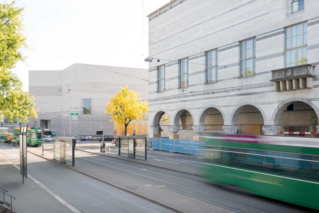 Das erweiterte Kunstmuseum Basel mit Neubau (links) und Hauptbau (rechts); Le Kunstmuseum Basel élargi : nouveau bâtiment à gauche et bâtiment principal à droite; The enlarged Kunstmuseum Basel (left: new building; right: main building); 2015/09